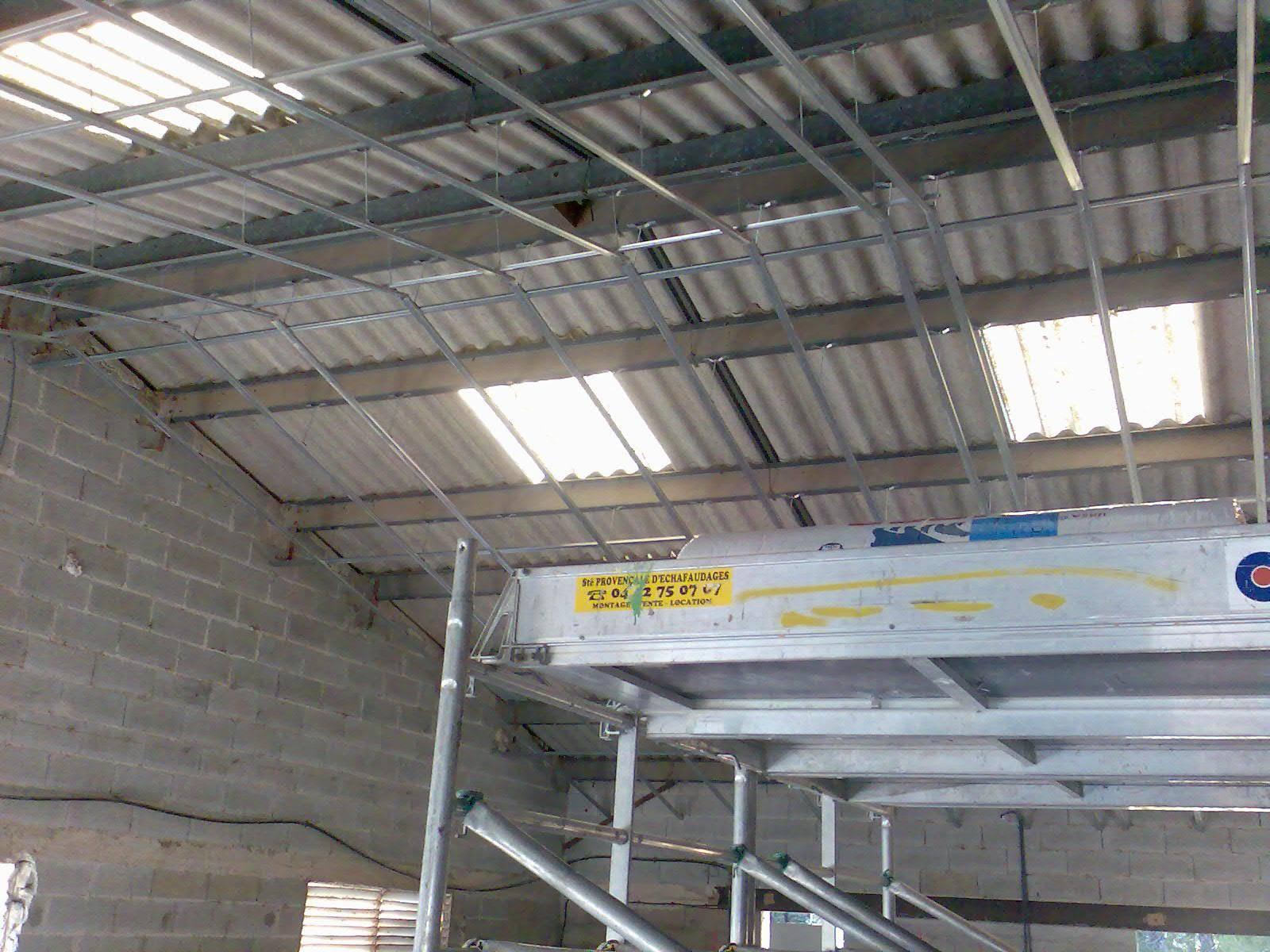 Faux plafond pour bureaux et locaux commerciaux aix en for Plafond placoplatre ba13